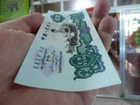 这张2元纸币,一张就值2800元,你能找到多少张